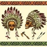 Cráneo humano en tocado del jefe indio del nativo americano con el tomah ilustración del vector