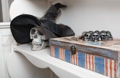 Cráneo humano en un gabinete blanco Imágenes de archivo libres de regalías
