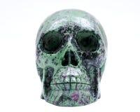 Cráneo tallado cristal realista de Ruby Zoisite aislado en blanco imagen de archivo libre de regalías