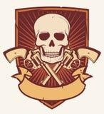 Cráneo y dos revólveres cruzados Imagen de archivo libre de regalías