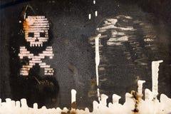 Cráneo y huesos pintados en una pared Imagen de archivo libre de regalías