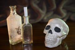 Cráneo y pociones Imagenes de archivo