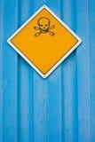 Cráneo y señal de peligro de los crossbones Foto de archivo libre de regalías