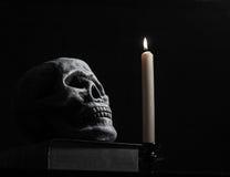 Cráneo y vela Imágenes de archivo libres de regalías
