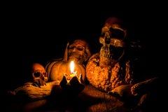 Cráneo y vela con la palmatoria Fotografía de archivo