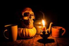 Cráneo y vela con la palmatoria en de madera Imágenes de archivo libres de regalías