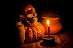 Cráneo y vela con la palmatoria en de madera Fotos de archivo