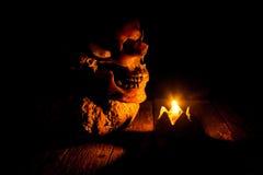 Cráneo y vela con la palmatoria en de madera Imagen de archivo
