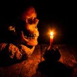 Cráneo y vela con la palmatoria en de madera Imagenes de archivo