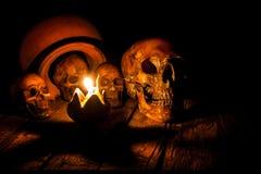 Cráneo y vela con la palmatoria en de madera Fotografía de archivo