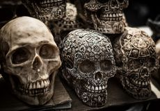 Cráneos coloridos adornados, día de muertos, México fotografía de archivo