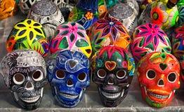 Cráneos coloridos adornados, día de muertos, México Foto de archivo libre de regalías