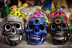 Cráneos coloridos adornados en el mercado, día de muertos, México Imagen de archivo