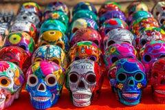 Cráneos coloridos mexicanos adornados en el mercado, México imagen de archivo