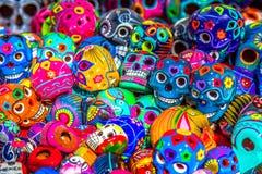 Cráneos coloridos mexicanos adornados en el mercado, México foto de archivo
