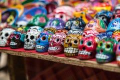 Cráneos de cerámica coloridos para la venta en Chichen-Itza, México Imagen de archivo