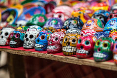 Cráneos de cerámica para la venta en Chichen-Itza, México fotos de archivo libres de regalías
