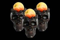 Cráneos fantasmagóricos con la manzana en fondo negro Grande para Halloween Fotografía de archivo libre de regalías