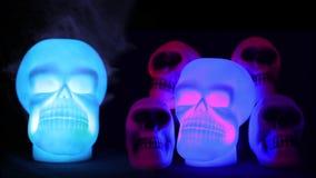 Cráneos fantasmagóricos en luz