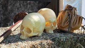 Cráneos humanos, una espada y un bolso con las monedas de oro metrajes