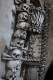 Cráneos y bandera pirata Imagenes de archivo