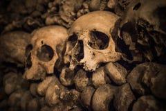 Cráneos y huesos en las catacumbas de París Fotos de archivo libres de regalías