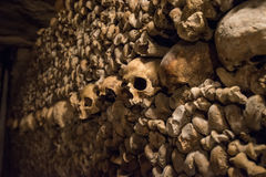 Cráneos y huesos en las catacumbas de París Imágenes de archivo libres de regalías