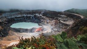 Cráter activo principal del volcán de Poas metrajes