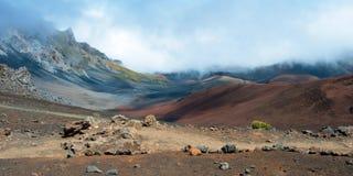 Cráter de Haleakala con los rastros en el parque nacional de Haleakala en Maui Foto de archivo libre de regalías