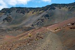 Cráter de Haleakala con los rastros en el parque nacional de Haleakala en Maui Imagen de archivo