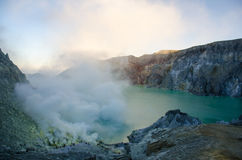 Cráter de Ijen que fuma Imagenes de archivo