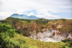Cráter de Volcano Mahawu cerca de Tomohon Sulawesi del norte indonesia foto de archivo libre de regalías