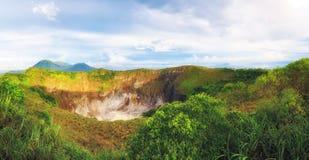 Cráter de Volcano Mahawu cerca de Tomohon Sulawesi del norte indonesia fotos de archivo