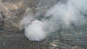 Cráter del vocalno de Bromo, Java Oriental, Indonesia, visión aérea almacen de metraje de vídeo