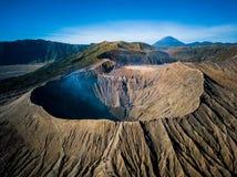Cráter del volcán activo de Bromo de la montaña en Jawa del este, Indonesia Visión superior desde la mosca del abejón imagen de archivo