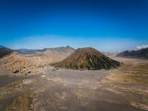 Cráter del volcán activo de Bromo de la montaña en Jawa del este, Indonesia Visión superior desde la mosca del abejón imágenes de archivo libres de regalías
