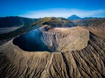 Cráter del volcán activo de Bromo de la montaña en Jawa del este, Indonesia Visión superior desde la mosca del abejón fotos de archivo