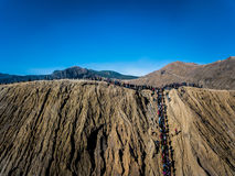 Cráter del volcán activo de Bromo de la montaña en Jawa del este, Indonesia Visión superior desde la mosca del abejón fotos de archivo libres de regalías
