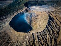 Cráter del volcán activo de Bromo de la montaña en Jawa del este, Indonesia Visión superior desde la mosca del abejón imagenes de archivo