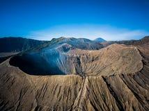 Cráter del volcán activo de Bromo de la montaña en Jawa del este, Indonesia Visión superior desde la mosca del abejón Imagen de archivo libre de regalías