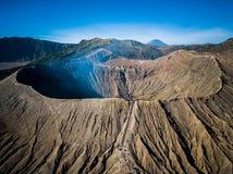 Cráter del volcán activo de Bromo de la montaña en Jawa del este, Indonesia Visión superior desde la mosca del abejón fotografía de archivo libre de regalías