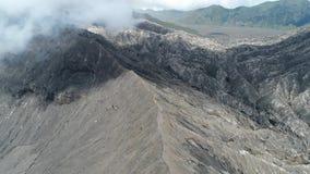 Cráter del volcán de Bromo, Java Oriental, Indonesia, visión aérea almacen de metraje de vídeo