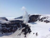 Cráter del volcán de Gorelij Foto de archivo