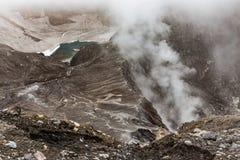 Cráter del volcán de Gorely, Kamchatka, Rusia Fotos de archivo