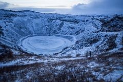 Cráter del volcán el dormir en Islandia con el lago en el centro Imagen de archivo libre de regalías