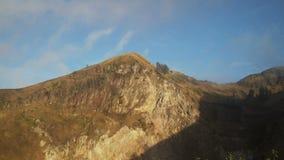 Cráter del volcán en la salida del sol Batur Bali Indonesia almacen de video