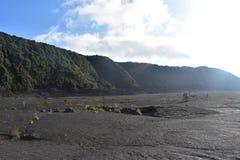 Cráter del volcán inactivo completado de la roca con el canto y de la selva tropical que lo rodea foto de archivo