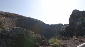 Cráter del volcán inactivo Vesuvio en Nápoles, Italia desde arriba, opinión del panorama almacen de metraje de vídeo