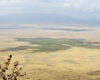 Cráter distante de Ngorongoro de la visión del borde Fotos de archivo