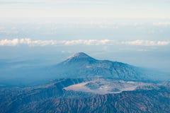 Cráter grande del volcán, opinión de ojo de pájaro. Foto de archivo libre de regalías
